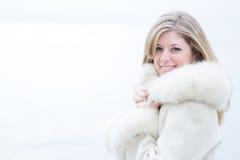 Piękna blondynki kobieta w białym futerkowym żakiecie zdjęcia stock
