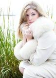 Piękna blondynki kobieta w białym futerkowym żakiecie Obrazy Stock