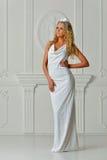 Piękna blondynki kobieta w bielu tęsk suknia obraz royalty free