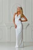 Piękna blondynki kobieta w bielu tęsk suknia zdjęcie stock