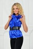 Piękna blondynki kobieta w eleganckim kostiumu fotografia royalty free
