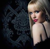 Piękna kobieta w luksusowym futerkowym żakiecie Obrazy Royalty Free