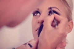 Piękna blondynki kobieta w makeup studiu obrazy stock
