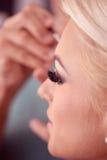 Piękna blondynki kobieta w makeup studiu obraz stock