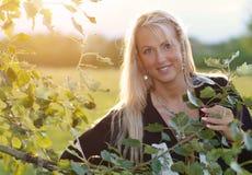 Piękna blondynki kobieta w parku obrazy royalty free