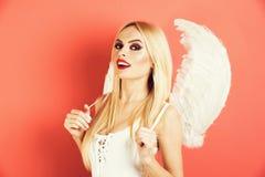 Piękna blondynki kobieta z aniołem uskrzydla uśmiecha się fotografia stock