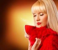 Piękna blondynki kobieta z filiżanką kawy Zdjęcie Stock