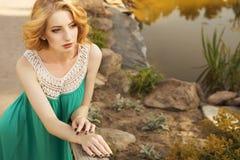 Piękna blondynki kobieta z kędzierzawą krótką koczek fryzurą, delikatną zdjęcia stock