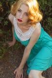 Piękna blondynki kobieta z kędzierzawą krótką koczek fryzurą, delikatną obrazy royalty free