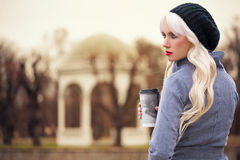 Piękna blondynki kobieta z kawą Fotografia Stock