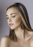 Piękna blondynki kobieta z kolczykami fotografia royalty free