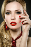 Piękna blondynki kobieta z wieczór czerwieni i makijażu wargami Fotografia Stock