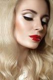 Piękna blondynki kobieta z wieczór czerwieni i makijażu wargami Zdjęcia Stock