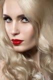Piękna blondynki kobieta z wieczór czerwieni i makijażu wargami Obraz Royalty Free