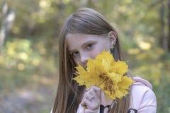 Piękna blondynki młoda dziewczyna z piegami outdoors na natury tle w jesieni, zbliżenie portret zdjęcie royalty free