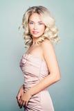 Piękna blondynki mody modela kobieta z Kędzierzawym włosy zdjęcie stock