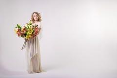 Piękna blondynki wiosny dziewczyna z dużym bukietem kwitnie Zdjęcie Stock