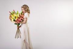 Piękna blondynki wiosny dziewczyna z dużym bukietem kwitnie Obrazy Stock