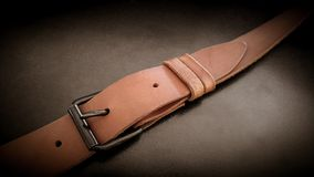 Piękna brown ręcznie robiony rzemienna kamera temblaka patka na czarnym tle fotografia royalty free