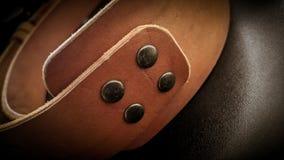 Piękna brown ręcznie robiony rzemienna kamera temblaka patka na czarnym tle obraz stock