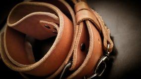 Piękna brown ręcznie robiony rzemienna kamera temblaka patka na czarnym tle fotografia stock