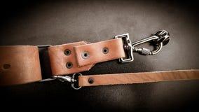Piękna brown ręcznie robiony rzemienna kamera temblaka patka na czarnym tle zdjęcie royalty free