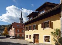 Piękna brukująca ulica z starymi mieszkaniowymi domami i gothic pa Zdjęcia Royalty Free