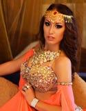 Piękna brunetka, brzucha tancerz w arabskim haremowym wnętrzu Obrazy Royalty Free