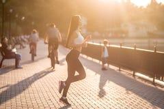 Piękna brunetka robi sprawności fizycznej zdjęcie royalty free