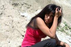 piękna brunetka siedzi słońce zwrot Zdjęcia Royalty Free