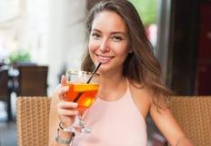Piękna brunetka turysty kobieta fotografia stock