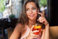 Piękna brunetka turysty kobieta zdjęcia royalty free