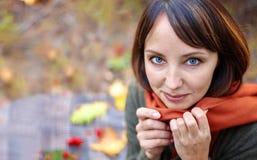 Piękna brunetka w jesień parku zdjęcia stock