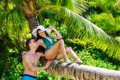 Piękna brunetka z długie włosy w zielonym kostiumu kąpielowym i stra Zdjęcia Royalty Free