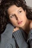 Piękna brunetka z kędzierzawym włosy Zdjęcia Royalty Free