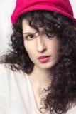 Piękna brunetka z kędzierzawym włosy Zdjęcie Royalty Free