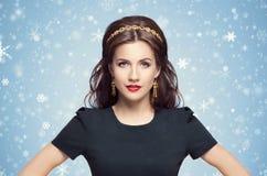Piękna brunetka z luksusową złotą kolią nad błękitną zimą zdjęcia royalty free