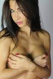 Piękna brunetka zakrywa jej pierś Obraz Stock