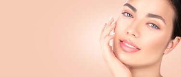Piękna brunetki dziewczyna dotyka jej twarz Perfect Świeża skóra Zdroju piękna portret Młodości i skincare pojęcie zdjęcie stock