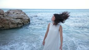 Piękna brunetki dziewczyna jest smutna przy nadmorski o kończyć wakacje i potrzebuje wracać do domu Grecja zbiory wideo