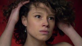 Piękna brunetki dziewczyna nerwowo trzyma mocno jej głowę zbiory