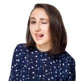 Piękna brunetki dziewczyna patrzeje z uśmiechem przy kamerą w błękitnej bluzce błaź się wokoło mieć zabawę pokazuje jęzor zdjęcie stock
