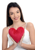 Piękna brunetki dziewczyna trzyma czerwonego serce. Szczęśliwa kobieta, walentynki. Fotografia Royalty Free