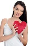 Piękna brunetki dziewczyna trzyma czerwonego serce. Szczęśliwa kobieta, walentynki. Obraz Stock