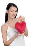 Piękna brunetki dziewczyna trzyma czerwonego serce. Szczęśliwa kobieta, walentynki. Zdjęcia Stock