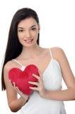 Piękna brunetki dziewczyna trzyma czerwonego serce. Szczęśliwa kobieta, walentynki. Zdjęcie Stock