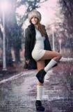 Piękna brunetki dziewczyna w zim ubraniach plenerowych fotografia stock