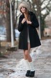 Piękna brunetki dziewczyna w zim ubraniach plenerowych obraz stock