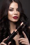 Piękna brunetki dziewczyna z doskonale fryzuje włosy, fryzowanie i klasyka makijaż, Piękno Twarz Zdjęcie Stock