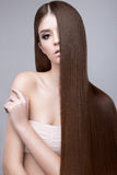 Piękna brunetki dziewczyna z doskonale gładkim włosy i klasyka makijażem Piękno Twarz Zdjęcia Stock